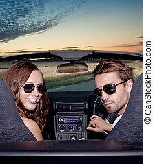 emberek, párosít, outdoors., autó., mosolygós, átváltható, boldog