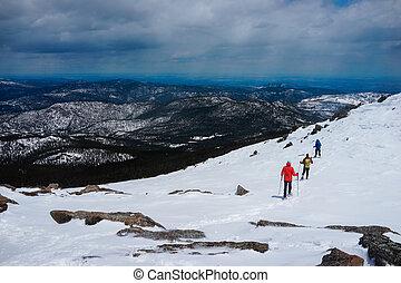 emberek, vannak, természetjárás, képben látható, a, tető, közül, hegy, befedett, ész, snow.