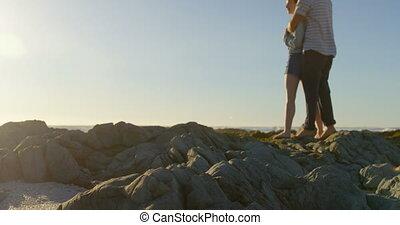 embracing, 4k, романтический, камень, пара, молодой, пляж
