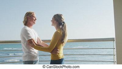 embrasser, couple, terrasse, autre, chaque