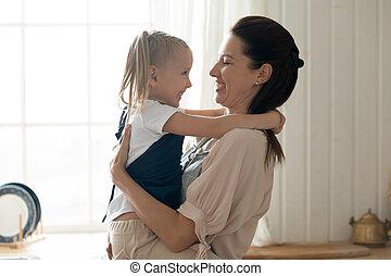 embrasser, maison, peu, maman, tenue, gai, fille, mignon, gosse