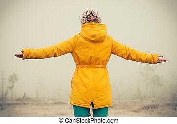 emelt, nő, életmód, tél természet, utazás, fiatal, érzelmek, külső, fogalom, háttér, kézbesít, ködös, élvez, boldogság