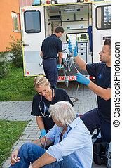 emergência, equipe, tratando, ferido, paciente, ligado, rua