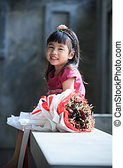 emoção, toothy, buquet, secos, rosto, ao lado, asiático, sorrindo, flores, felicidade, criança