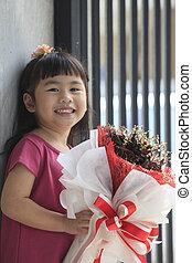 emoção, toothy, buquet, secos, rosto, asiático, sorrindo, flores, felicidade, criança