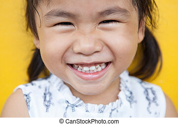 emoção, toothy, uso, parede, dental, cima, face amarela, tema, saúde, asiático, facial, fim, sorrindo, encantador, crianças, felicidade, criança