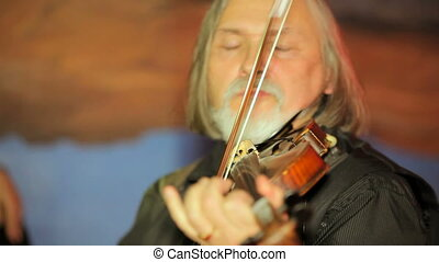 Emotsionlany violinist - Emotsionlano violinist plays the...
