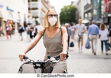 empêcher, masque, nouvelle femme, public, rue, normal, enduisage, vélo, monde médical, virus., pendant, porter, epidemic., ville, covid, équitation, figure, couronne
