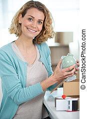 empacotando fita, usando, caixa papelão, mulher, distribuidor