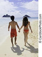 emparéjese andando, en, un, hawai, playa