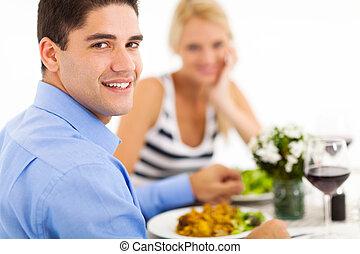 emparéjese cenando, afuera, en, restaurante