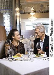 emparéjese cenando, en, agradable, restaurant.
