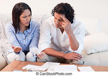 emparéjese hablando, sobre, problemas financieros