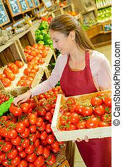 empilement, femme, tomates