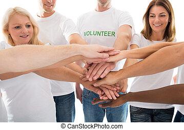 empilement, heureux, volontaires, multiethnic, mains