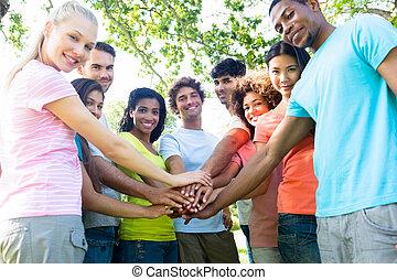 empilhando, amigos, multiethnic, mãos
