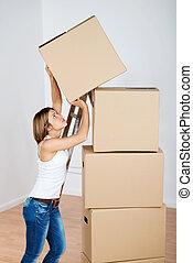 empilhando, caixas, mulher, papelão