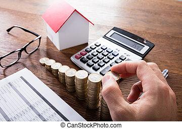 empilhando, Pessoa, moedas, madeira, escrivaninha