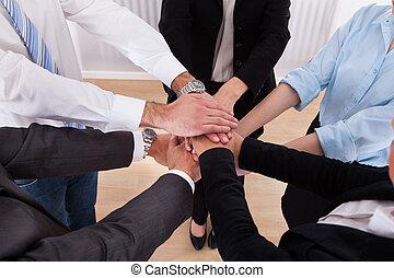 empilhando, seu, businesspeople, mãos