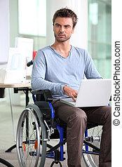 empleado, en, sílla de ruedas, con, computador portatil