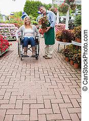 empleado, sílla de ruedas, mujer, centro de jardín