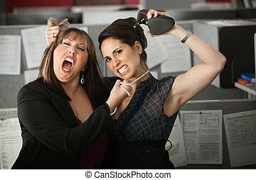 empleados, pelea, mujeres