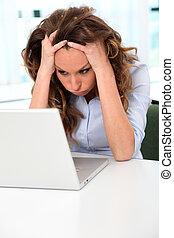 employé bureau, à, désespéré, regard, devant, ordinateur portable