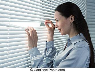 employé bureau, regarder, fenêtre, par, abat-jour