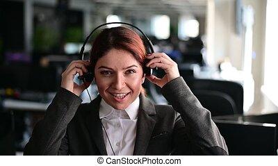 employé, bureau., work., soutien, opérateur, sourire, écouteurs, client, portrait, casque à écouteurs, téléphone., hotline, amical, centre, femme, débuts, appeler, mettre, femme