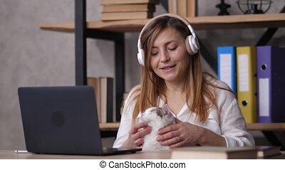 employé féminin, délassant, travail, écouteurs, pendant