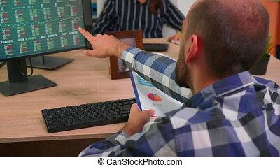 employé, information, presse-papiers, jeune, vérification