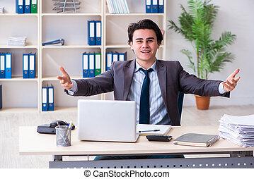 employé, mâle, bureau fonctionnant, jeune
