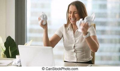 employé, papier chiffonné, lancement, accentué, panne, femme, nerveux, travail