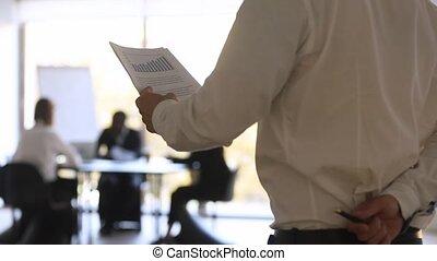 employé, vue, nerveux, avant, sent, arrière, parler, inquiétude, public