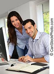 employés bureau, jeune, ordinateur bureau, devant