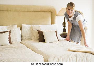 empregada, fazendo cama, em, quarto hotel