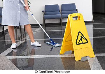 empregada, limpeza, a, chão