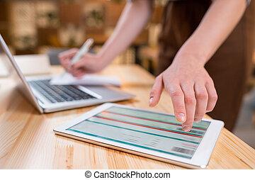 empregado, touchpad, eletrônico, documento, mão, femininas, apontar, exposição