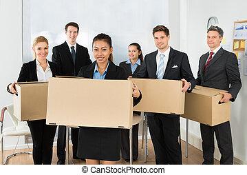 empregados, caixas cartão, escritório, segurando