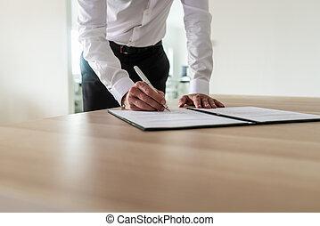 empresário, assinando documento