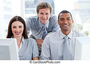 empresa / negocio, grupo, trabajando, ambicioso, computadora