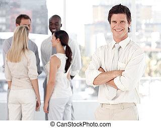 empresa / negocio, joven, equipo, frente, hombre sonriente