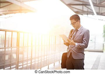 empresa / negocio, tableta, train., esperar, pc, mientras, utilizar, hombre