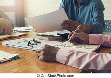 empresa / negocio, y, finanzas, concepto, de, oficina, trabajando, hombres de negocios, discutir, análisis, cuenta, balance, gráfico, vendimia, efecto