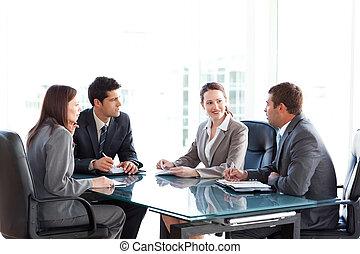 empresarias, hablar, reunión, hombres de negocios, durante