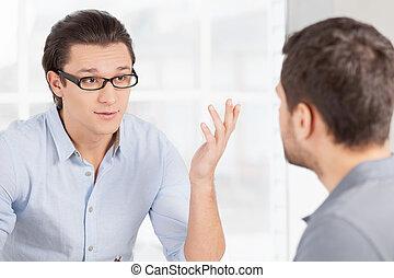 empresarios, communication., dos, casual, confiado, uso, discutir, el gesticular, algo