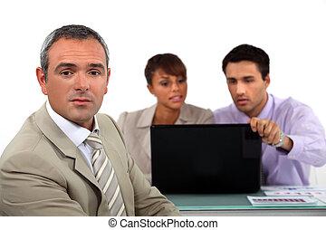 empresarios, con, un, computador portatil