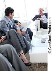 empresarios, discutir, en, un, sala de espera
