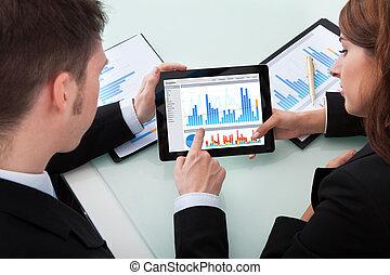 empresarios, discutir, encima, gráficos, en, tableta de...