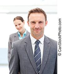 empresarios, dos, posar, sonriente, fila
